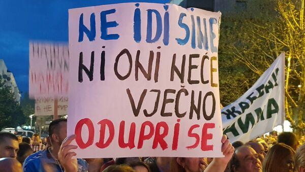 Građani su se nakon okupljanja na platou ispred Skupštine krenuli u šetnju - Sputnik Srbija