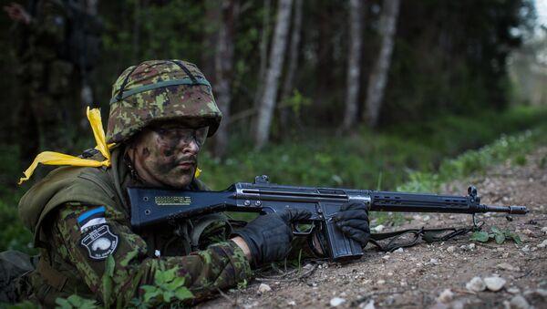 Естонски војник на вежбама у шуми - Sputnik Србија