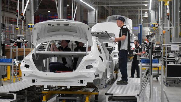 Sotrudniki v cehe zavoda po proizvodstvu legkovыh avtomobileй Mercedes-Benz koncerna Daimler v Moskovskoй oblasti - Sputnik Srbija