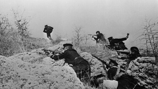 Odbrana Sevastopolja i bitka za Krim (septembar 1941 - jul 1942). Marinci napadaju fašističke položaje - Sputnik Srbija