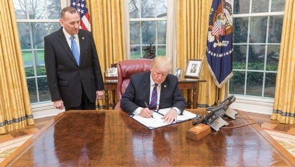 Predsednik SAD Donald Tramp i direktor Tajne službe Rendolf Ales - Sputnik Srbija