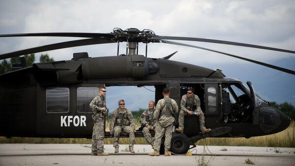 Амерички војници 38. коњичког пука, део мировне мисије НАТО-а на Космету, КФОР, стоје поред хеликоптера Блек хоук у близини Ђакова - Sputnik Србија