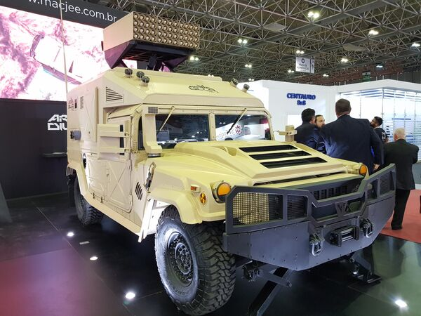 """Прототип борбеног возила """"Армадило TA2"""" са вишецевним бацачем ракета, бразилског произвођача """"Мак Џи"""" - Sputnik Србија"""