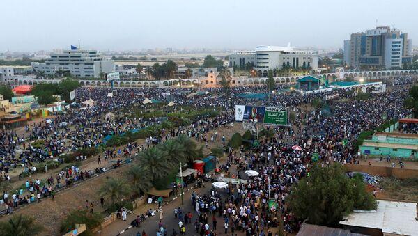 Демонстранти у Судану на протесту у Хартуму захтевају оставку председника Омара Башира - Sputnik Србија
