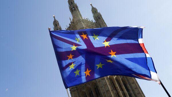 Заставе Велике Британије и Европске уније испред зграде британског парламента у Лондону - Sputnik Србија