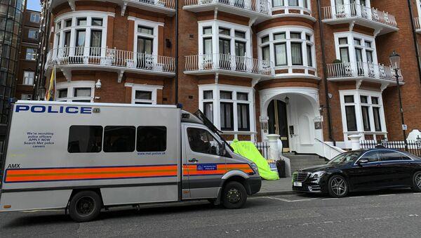 Policijska vozila ispred zgrade ambasade Ekvadora u Londonu - Sputnik Srbija
