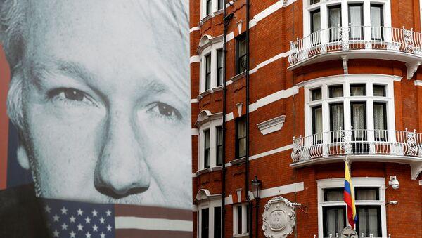 Poster sa likom osnivača Vikiliksa Džulijana Asanža ispred zgrade ambasade Ekvadora u Londonu - Sputnik Srbija