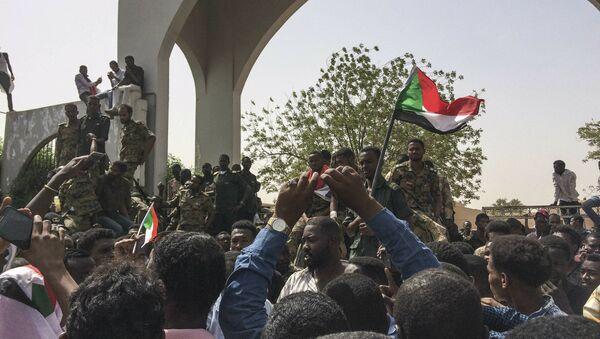 Суданци прослављају свргавање председника Омара Башира у Картуму - Sputnik Србија