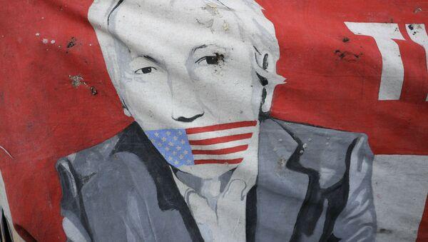 Poster Džulijena Asanža ispred ambasade Ekvadora u Londonu. - Sputnik Srbija