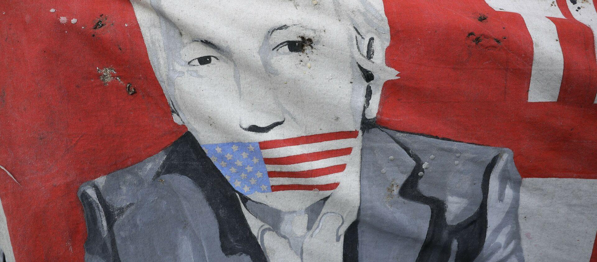 Постер Џулијена Асанжа испред амбасаде Еквадора у Лондону. - Sputnik Србија, 1920, 10.01.2021
