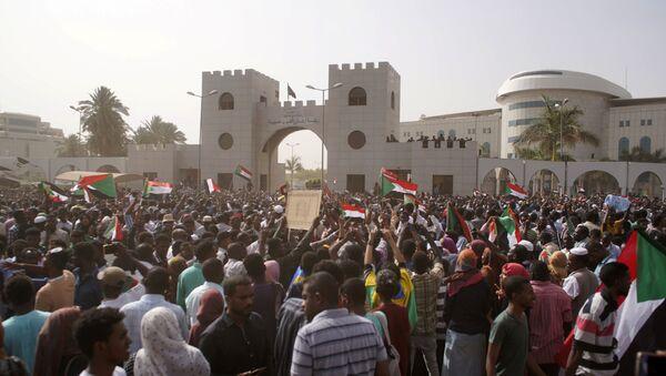 Демонстранти на протесту против председника Судана Омара Башира у Картуму - Sputnik Србија