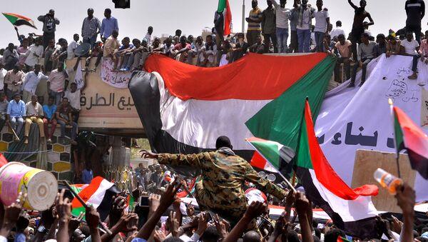 Демонстранти у Судану носе на рукама припадника војске - Sputnik Србија
