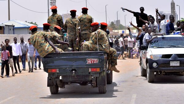 Демонстранти у Судану поздрављају припаднике војске - Sputnik Србија