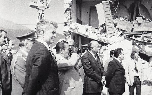 Јосип Броз Тито посматра рушевине после земљотреса у Црној Гори 1979. године. - Sputnik Србија