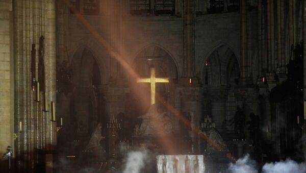 Dim u oltaru katedrale Notr Dam - Sputnik Srbija