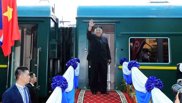 Ким Џонг Ун испред свог специјалног оклопног воза - Sputnik Србија