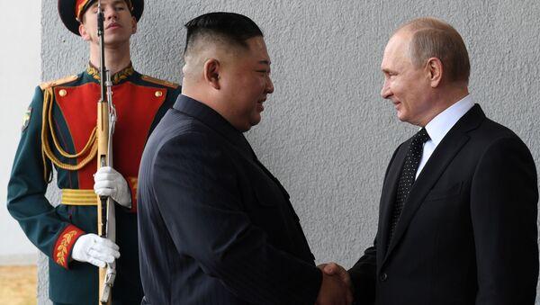 Лидер КНДР Ким Чен Ын и президент России Владимир Путин во время встречи в кампусе ДВФУ во Владивостоке - Sputnik Србија