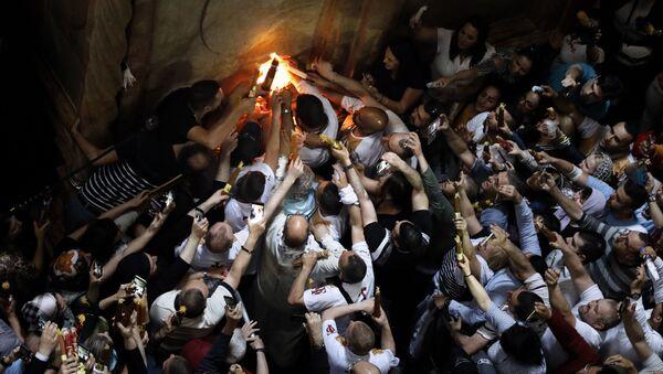 Vernici slave silazak Blagodatnog ognja u Hramu groba Gospodnjeg u Jerusalimu - Sputnik Srbija