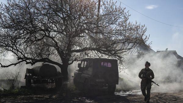 Украјински војник на положајима на контакт-линији у Доњецкој области на истоку Украјине - Sputnik Србија