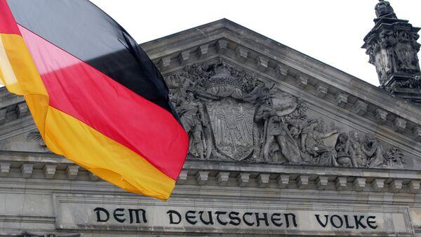 Zastava Nemačke ispred zgrade Rajhstaga u Berlinu - Sputnik Srbija
