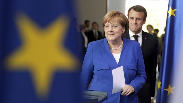 Ангела Меркел не препушта Макрону лидерску позицију у ЕУ - Sputnik Србија
