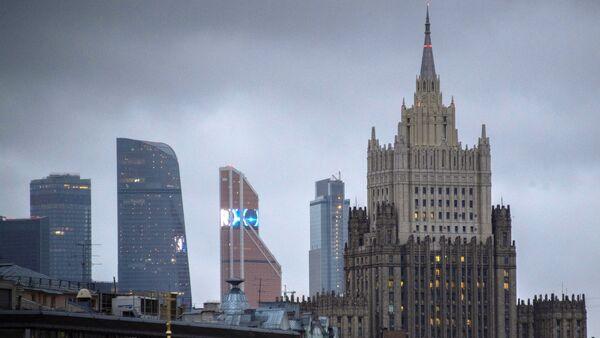 Поглед на облакодере пословног центра Москва-сити и зграду Министарства спољних послова Русије у Москви - Sputnik Србија