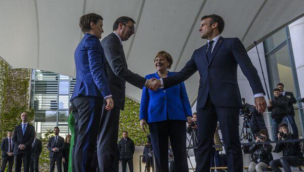Ana Brnabić i Aleksandar Vučić sa Angelom Merkel i Emanuelom Makronom na samitu u Berlinu - Sputnik Srbija