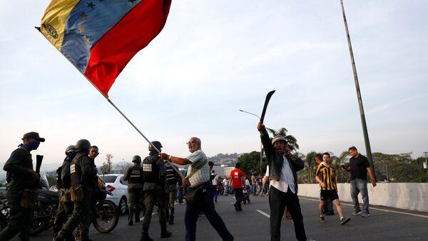 Присталица опозиције маше заставом Венецуеле у Каракасу - Sputnik Србија