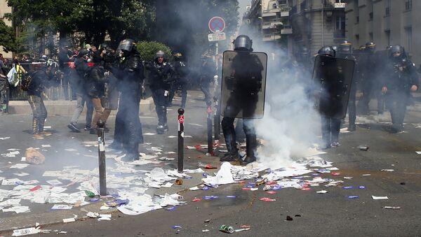 Sukob policije i demonstranata na prvomajskom protestu u Parizu - Sputnik Srbija