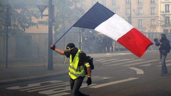 Човек носи заставу Француске на демонстрацијама у Паризу - Sputnik Србија