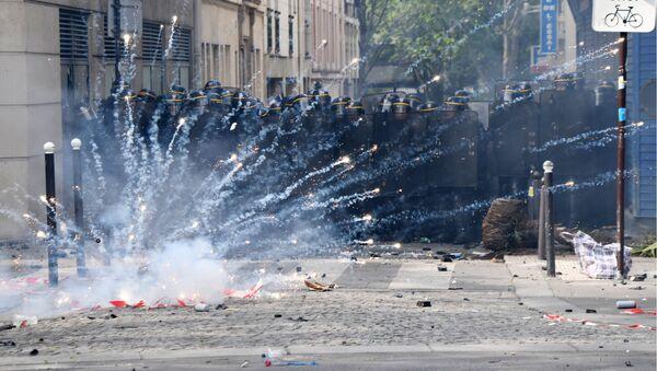 Сукоби демонстраната и полиције на првомајским протестима у Паризу - Sputnik Србија