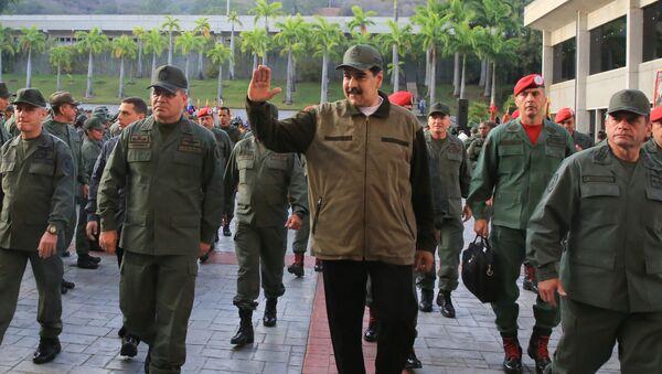 Predsednik Venecuele Nikolas Maduro sa pripadnicima vojske Venecuele - Sputnik Srbija