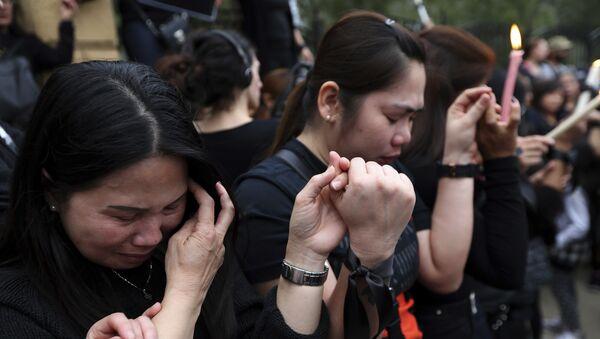 Филипинке се моле испред председничке палате у Никозији након серије убистава пет странкиња и две девојчице, због чега је министар правде поднео оставку - Sputnik Србија