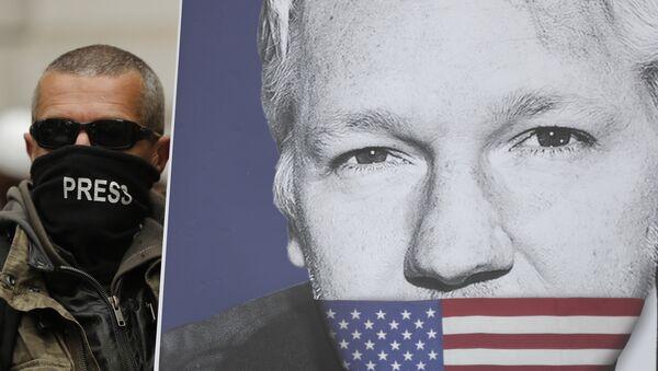 Присталица Џулијена Асанжа са постером са ликом оснивача Викиликса, на протесту испред суда у Лондону - Sputnik Србија