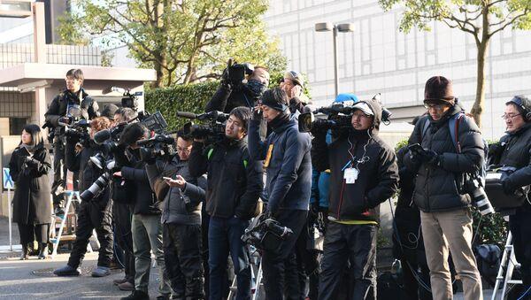 Представници медија чекају испред зграде суда у Токију - Sputnik Србија