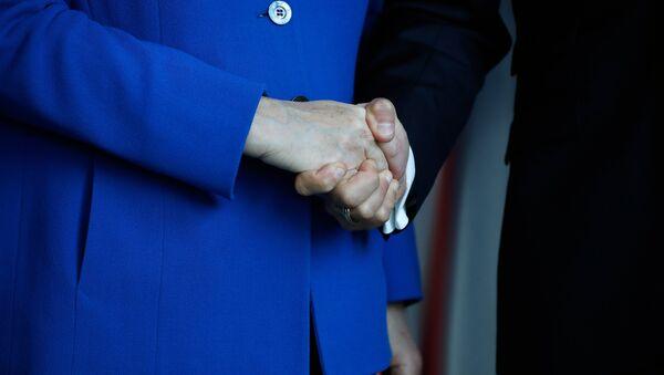 Angela Merkel (levo) i Emanuel Makron (desno) - Sputnik Srbija
