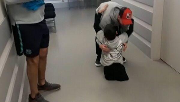 Dečak invalid iz Kazahstana upoznao Maradonu, Mesija i Pikea - Sputnik Srbija
