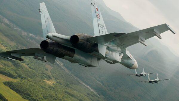 Российские многоцелевые истребители Су-27 во время показательных полетов в день открытых дверей в авиационном полку ЮВО в честь 105-летия ВВС России - Sputnik Србија