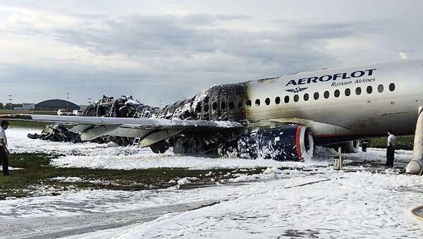 Авион Сухој суперџет 100 компаније Аерофлот срушио се приликом принудног слетања на аеродром Шереметјево у Москви - Sputnik Србија