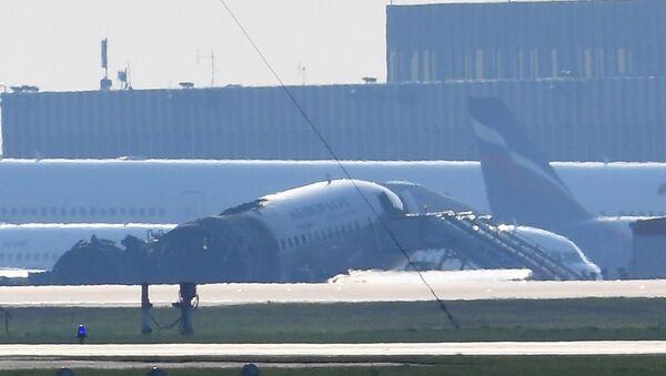 Остаци авиона компаније Аерофлот Сухој суперџет 100 на писти аеродрома Шереметјево који се запалио након принудног слетања - Sputnik Србија