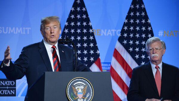 Председник Сједињених Америчких Држава Доналд Трамп и саветник председника за националну безбедност Џон Болтон - Sputnik Србија