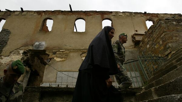 Povratak na mesto zločina, spaljeni manastir Devič 2004. godine. - Sputnik Srbija