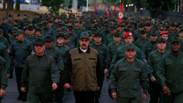 Председник Венецуеле Николас Мадуро, министар одбране Владимир Падрино Лопес и командант стратешких операција Ремихио Себаљос са припадницима Оружаних снага Венецуеле - Sputnik Србија