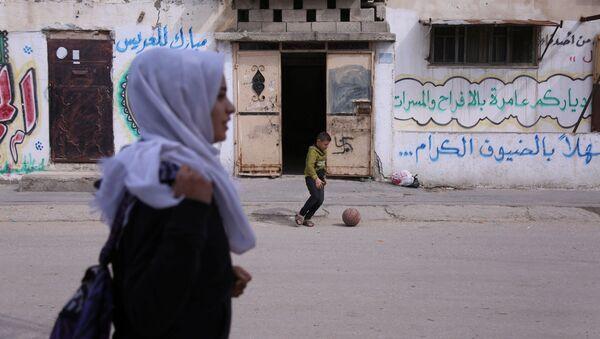 17-летняя школьница Вессал Абу Амра возвращается из школы в городе Газа - Sputnik Србија