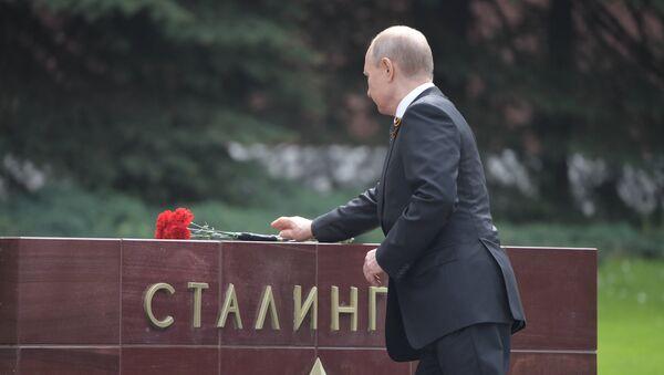 Ruski predsednik Vladimir Putin polaže cveće na Spomenik neznanom junaku - Sputnik Srbija