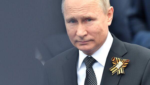 Ruski predsednik Vladimir Putin sa georgijevskom lentom - Sputnik Srbija