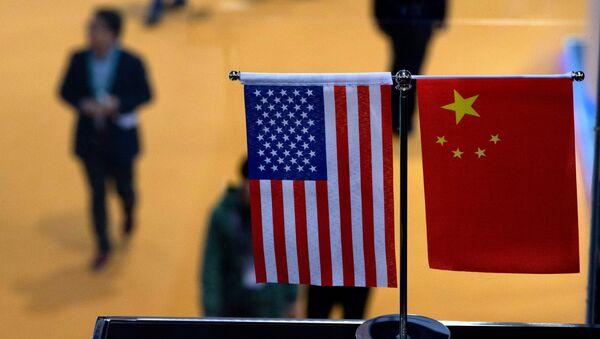Zastave Kine i Sjedinjenih Američkih Država na sajmu uvoza u Šangaju - Sputnik Srbija