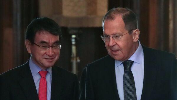 Министри спољних послова Јапана и Русије, Таро Коно и Сергеј Лавров, на састанку у Москви - Sputnik Србија