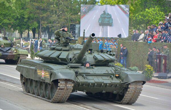 Руски тенк т-72 на војној паради у Нишу - Sputnik Србија