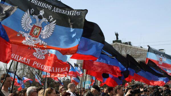 Људи носе заставе ДНР на прослави годишњице проглашења независности Доњецке Народне Републике - Sputnik Србија